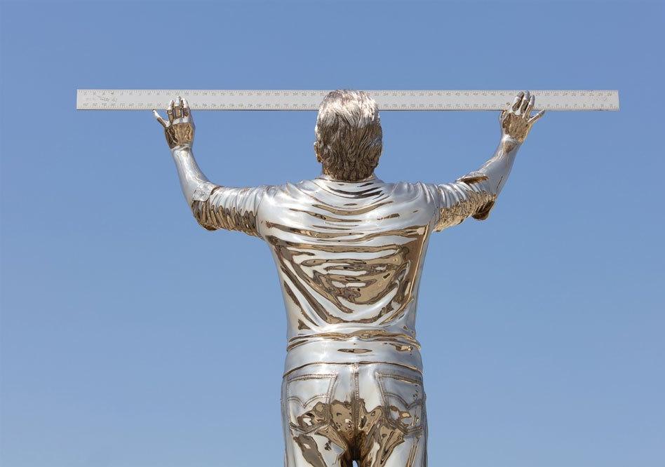 L' Artista Jan Fabre a Venezia, porta ' l' uomo che misura lenuvole'